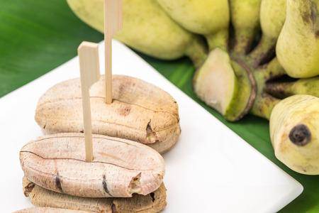 plato del buen comer: Pl�tano asado a la parilla dulce en un plato de cer�mica blanca para servir el postre tailand�s