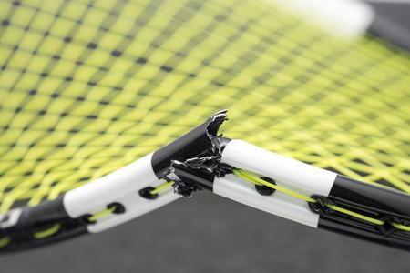 hot temper: Bádminton roto raqueta de fondo Foto de archivo
