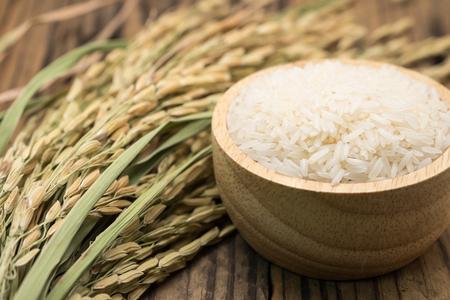 ジャスミン米は乾燥葉、木製ボウル 写真素材