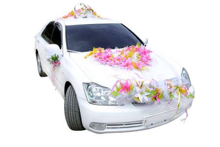 Der weiße Hochzeit-Wagen dekoriert mit Blumen auf einem weißen Hintergrund.