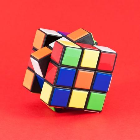 In Cube een klassieke Rubik's, wordt elk van de zes gezichten bedekt met 9 stickers, onder zes vaste kleuren (traditioneel wit, rood, blauw, oranje, groen en geel) Stockfoto - 12279937