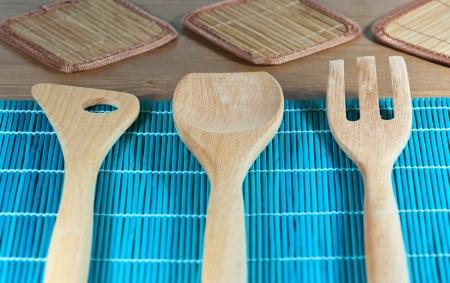 kitchen tools: Houten keukengereedschap op een blauwe decoratie Stockfoto