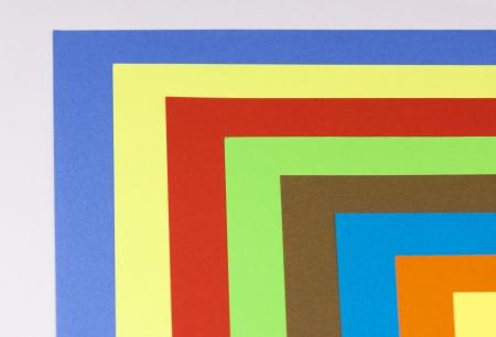 multi colour: Hojas de papel de color multi dispuestas en el espectro