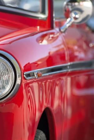 Frontansicht von einem roten Oldtimer. Standard-Bild