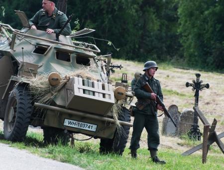 seconda guerra mondiale: Nitra, REPUBBLICA SLOVACCA - 15 giugno: Ricostruzione della seconda guerra mondiale fra operazioni Rossa e l'esercito tedesco, il tedesco unit� motorizzata durante il sondaggio il 15 giugno 2013 in Nitra, Repubblica Slovacca