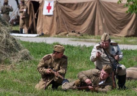 seconda guerra mondiale: Nitra, REPUBBLICA SLOVACCA - 15 giugno: Ricostruzione della seconda guerra mondiale fra operazioni dell'esercito Rosso e tedeschi, soldati difendono avamposto della Croce Rossa il 15 giugno 2013 in Nitra, Repubblica Slovacca Editoriali