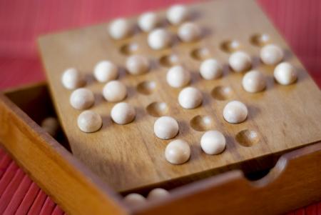 teaser: Rompicapo di legno sul tavolo.