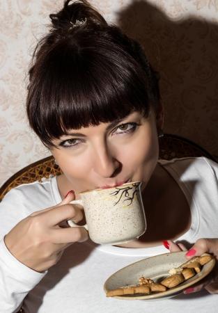 donna che beve il caff�: Bella giovane donna caucasica bere caff�. Archivio Fotografico