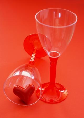 valentijn hart: Twee glazen met valentijn hart op een rode achtergrond.