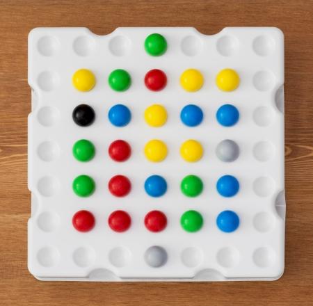 logica: Juego de mesa de l�gica con bolas de colores. Foto de archivo