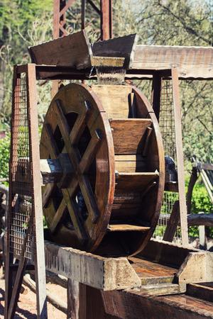 molino de agua: Molino de agua de madera accionado por agua corriente.