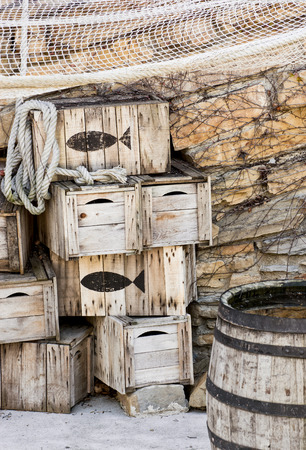 composition vertical: Casse da pesca in legno e Senna. Composizione verticale.
