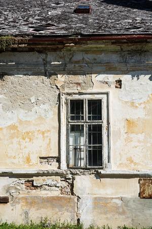 casa vecchia: Primo piano di una vecchia casa con finestra. Archivio Fotografico