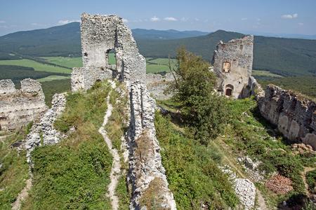 naar beneden kijken: Ruïnes van het kasteel Gymes in Slowakije. Kijk naar beneden. Stockfoto