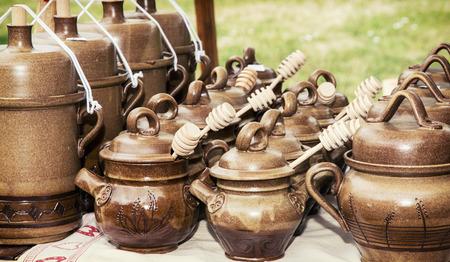 ollas de barro: Las ollas de barro con cazos de miel en la tienda de recuerdos.