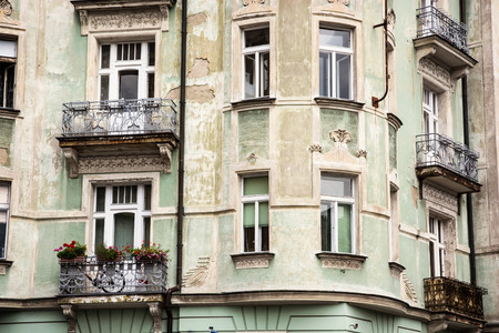 casa vecchia: Bella vecchia casa con balconi. Architettura ceca.