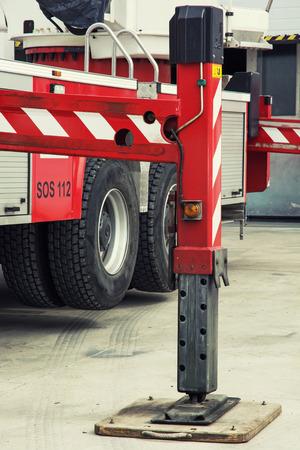 camion pompier: Camion de pompiers balancier stabiliser les jambes �tendues.