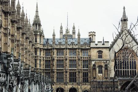 Het paleis van Westminster is de ontmoetingsplaats van het Lagerhuis en het Hogerhuis, de twee huizen van het parlement van het Verenigd Koninkrijk. Stockfoto - 38948061