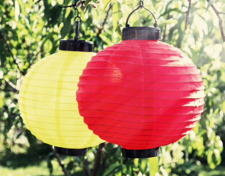 papierlaterne: Bunte Papierlaterne Lampen im Garten.