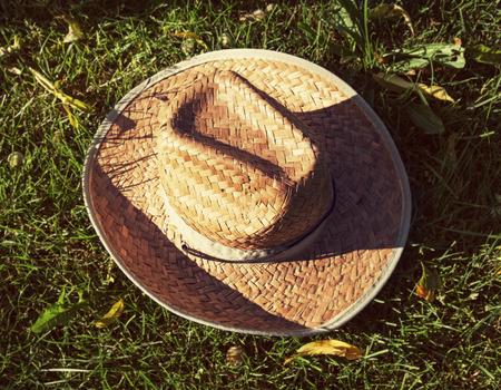 chapeau de paille: Jaune chapeau de paille dans l'herbe. Banque d'images