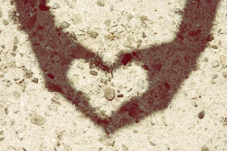faire l amour: Belle femme fait ombre de coeur par les mains. La Saint Valentin.