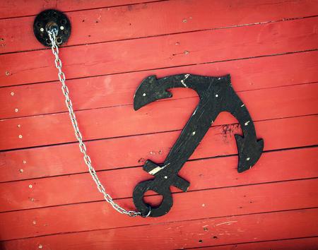 ancla: Ancla retro en el barco rojo. Tema de Vela. Foto de archivo