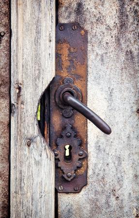 puertas de madera: Perilla de la puerta oxidada en las puertas de madera.