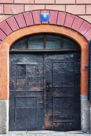 puerta de metal: Puerta de metal viejo. Tema arquitect�nico.