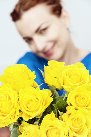 yellow roses: Mujer cauc�sica joven que presenta con el ramo de rosas amarillas. Feliz cumplea�os. Foto de archivo