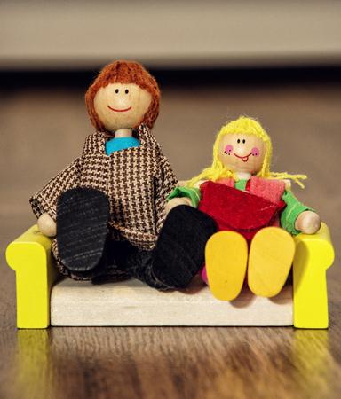 juguetes antiguos: Linda familia de las figuras de madera. juguetes viejos. el valor de la familia. Foto de archivo