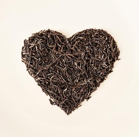 Corazón de té a granel negro de Ceilán. Día de San Valentín. Símbolo de los amantes. Foto de archivo