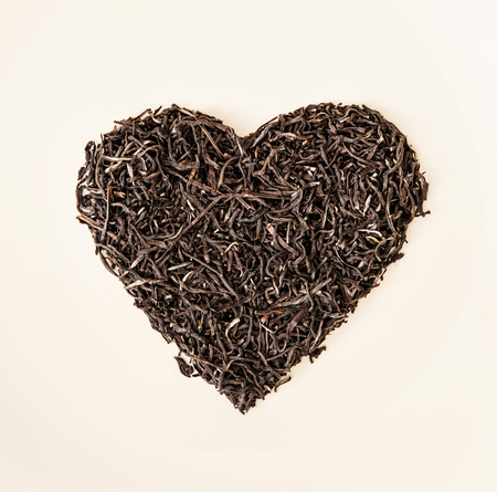 Heart of black loose tea from Ceylon. Valentine's day. Symbol of lovers. Stockfoto