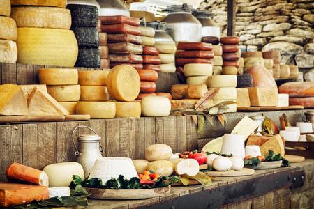 leche y derivados: Los productos lácteos y verduras. Tienda de comestibles. Tema de alimentos. Foto de archivo