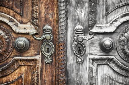 De vieux porte en bois sculpté à la main avec manivelle forgée à l'esquisse. technique de l'art. Banque d'images