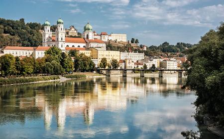 Passau stad met kathedraal Saint Stephen's, Neder-Beieren, Duitsland. Reisbestemming. Cultureel erfgoed. Stockfoto - 55458188