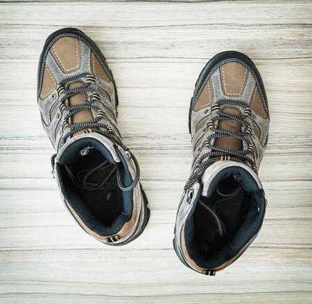 tienda de zapatos: Par de zapatos al aire libre con estilo adolescente en el fondo de madera. Belleza y la moda. Zapatos nuevos. Zapater�a. colecci�n de moda.