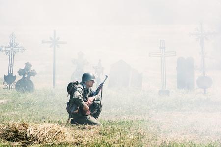 seconda guerra mondiale: Nitra, REPUBBLICA SLOVACCA - 21 maggio: la ricostruzione delle operazioni della seconda guerra mondiale tra il rosso e l'esercito tedesco, squat soldato tedesco e pattuglie del cimitero il 21 maggio 2016 Nitra, Slovacchia. Editoriali