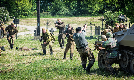 seconda guerra mondiale: Nitra, REPUBBLICA SLOVACCA - 21 maggio: la ricostruzione delle operazioni della seconda guerra mondiale tra l'esercito rosso e tedeschi, gli attacchi di fanteria russo unità di combattimento tedeschi su 21 maggio 2016 a Nitra, Slovacchia.
