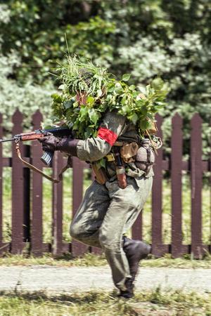 seconda guerra mondiale: Nitra, REPUBBLICA SLOVACCA - 21 maggio: la ricostruzione delle operazioni della seconda guerra mondiale tra il rosso e l'esercito tedesco, soldato mimetizzato con una mitragliatrice attacca il nemico, il 21 maggio, 2016 Nitra, Slovacchia.