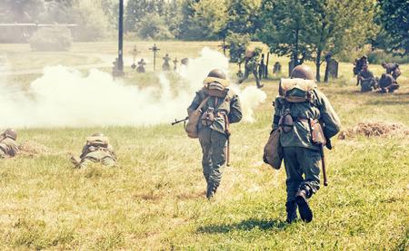 seconda guerra mondiale: Nitra, REPUBBLICA SLOVACCA - 21 maggio: la ricostruzione delle operazioni della seconda guerra mondiale tra il rosso e l'esercito tedesco, soldati tedeschi attacca le unit� di difesa russo il 21 maggio 2016 Nitra, Slovacchia. Editoriali