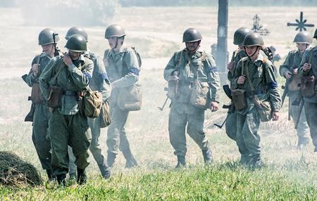 seconda guerra mondiale: Nitra, REPUBBLICA SLOVACCA - 21 maggio: la ricostruzione delle operazioni della seconda guerra mondiale tra il rosso e l'esercito tedesco, tedesco gruppo stanco di soldati ritorna dal fronte il 21 maggio 2016 a Nitra, Slovacchia. Editoriali