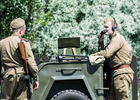seconda guerra mondiale: Nitra, REPUBBLICA SLOVACCA - 21 maggio: la ricostruzione delle operazioni della seconda guerra mondiale tra il rosso e l'esercito tedesco, due soldati russi comunicare via radio con la sede il 21 maggio, 2016 Nitra, Slovacchia.