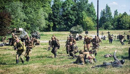 seconda guerra mondiale: Nitra, REPUBBLICA SLOVACCA - 21 maggio: la ricostruzione delle operazioni della seconda guerra mondiale tra il rosso e l'esercito tedesco, soldati tedeschi abbandona durante l'attacco russa il 21 maggio 2016 a Nitra, Slovacchia. Editoriali