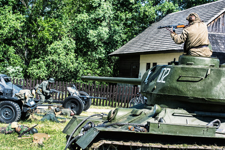 seconda guerra mondiale: Nitra, REPUBBLICA SLOVACCA - 21 maggio: la ricostruzione delle operazioni della seconda guerra mondiale tra il rosso e l'esercito tedesco, soldato russo uccide soldati tedeschi il 21 maggio 2016 a Nitra, Slovacchia.