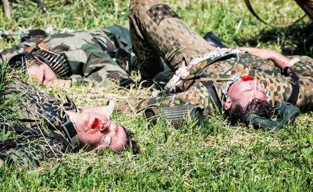 seconda guerra mondiale: Nitra, REPUBBLICA SLOVACCA - 21 maggio: la ricostruzione delle operazioni della seconda guerra mondiale tra il rosso e l'esercito tedesco, gruppo di soldati tedeschi morti sull'erba il 21 maggio 2016 a Nitra, Slovacchia.