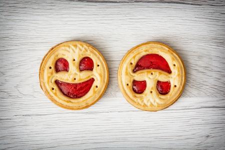 Zwei runde Kekse lächelnden Gesichtern. Humorvoll süße Speisen. Leckere Plätzchen. Gute Laune. Jam Kekse. Standard-Bild