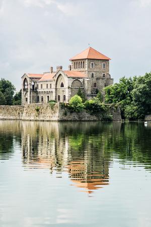 Krásný zámek v Tata, Maďarsko. Cílové místo cesty. Architektonické téma. Krásné místo. Pevnost se odráží v jezeře. Vertikální složení. Redakční