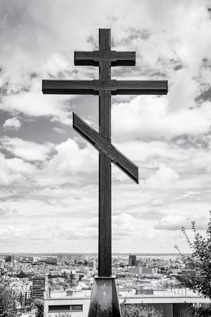 memorial cross: gran cruz cristiana en Slavin, monumento conmemorativo y el cementerio militar en Bratislava, la capital de la República Eslovaca. foto en blanco y negro. objeto religioso. Patrimonio cultural. tema arquitectónico.