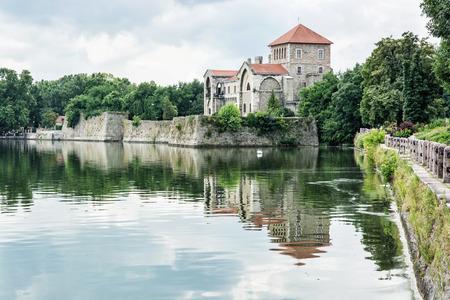 Krásný zámek v Tata, Maďarsko. Cílové místo cesty. Architektonické téma. Krásné místo. Pevnost se odráží v jezeře.