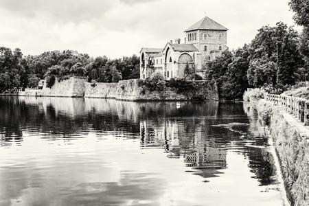 Krásný zámek v Tata, Maďarsko. Cílové místo cesty. Architektonické téma. Krásné místo. Černobílá fotografie. Pevnost se odráží v jezeře. Redakční